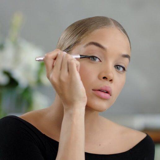 H Jasmine Sanders μας δείχνει πως να τελειοποιήσουμε το cat-eye make-up