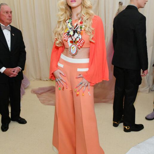 Η Elle Fanning μεταμορφώθηκε σε 70s Barbie