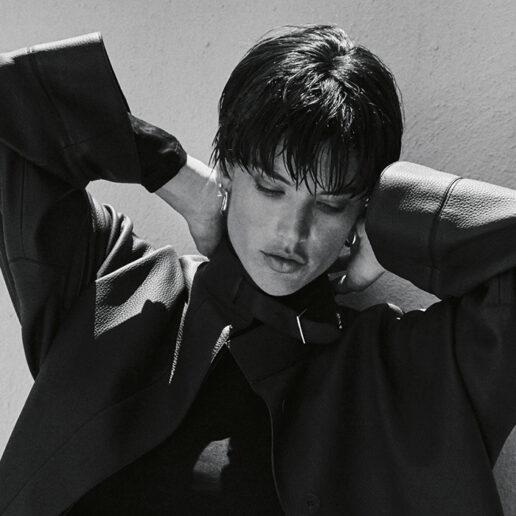 Η Alessandra Ambrosio φωτογραφίζεται στη Σαντορίνη για το Cover Story της Vogue Greece