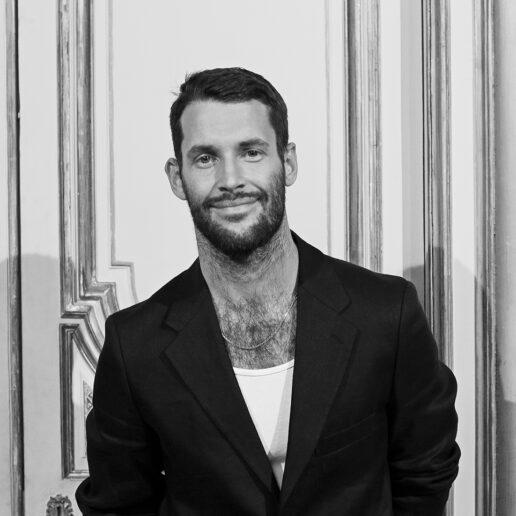 Simon Porte Jacquemus: O σχεδιαστής που έχει εκτοξεύσει τον οίκο μόδας του στην κορυφή, αποκλειστικά…