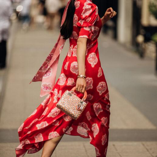 Αναρωτιέστε τι να φορέσετε σε γάμο; Το street style έχει τη λύση