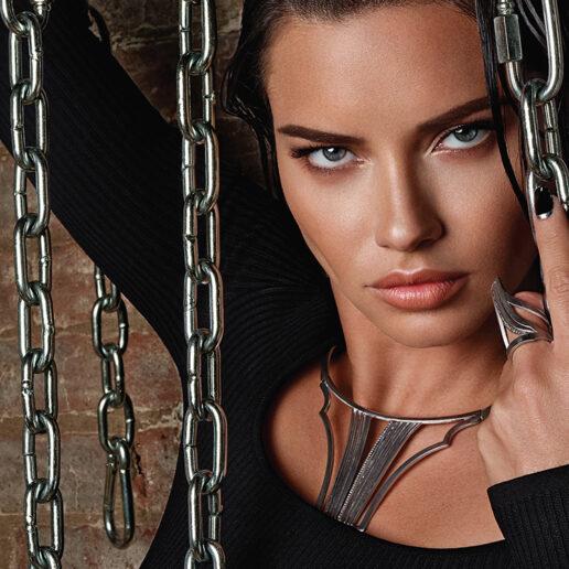 Πολύτιμα σύμβολα: Η Adriana Lima αναδεικνύει τα μοντέρνα κοσμήματα της POLINA ELLIS
