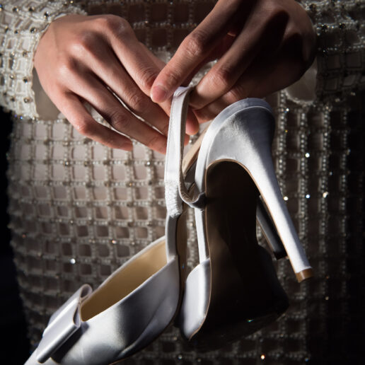 DIY: Πώς να κάνετε πιο άνετα τα καινούργια σας παπούτσια