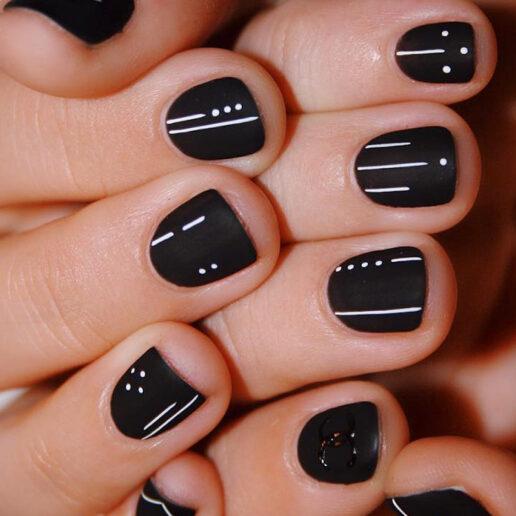 Nail Art: Μαύρο και χρυσό στα νύχια της σεζόν