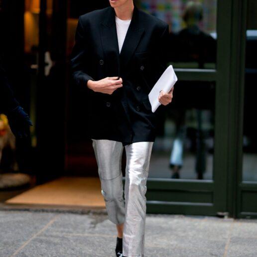 Metallic Jeans: Το στιλιστικό trick της Charlize Theron γίνεται τάση