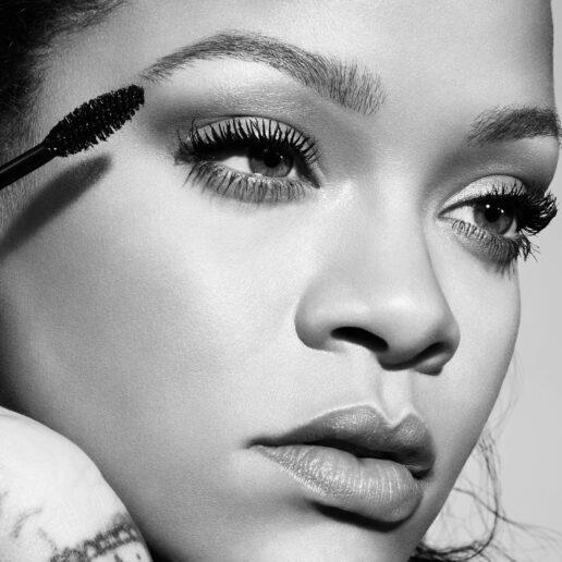 H Rihanna παρουσιάζει την πρώτη μάσκαρα Fenty Beauty – και δεν μοιάζει με καμιά άλλη!