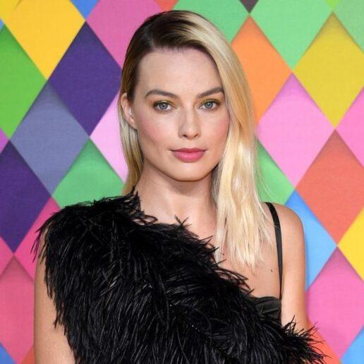 Τα ρετρό γάντια της Margot Robbie στο κόκκινο χαλί