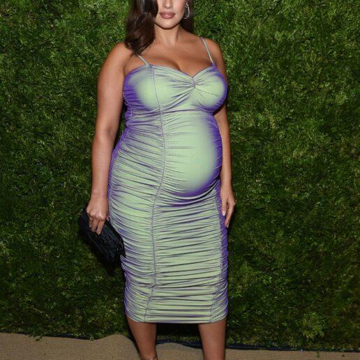 Baby Boom: Η Ashley Graham ξαναγράφει τους κανόνες του maternity dressing