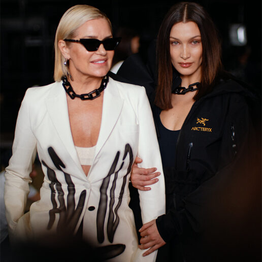 Off-White: Bella και Gigi Hadid στην πασαρέλα με τη μητέρα τους Yolanda