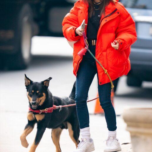 Dog Walking: Η Emily Ratajkowski ξέρει πως να πηγαίνει βόλτα τον σκύλο της με στιλ