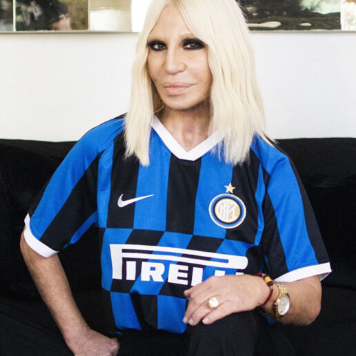 H Donatella Versace δίνει το δικό της μήνυμα για τον COVID-19