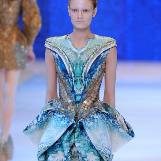 10 χρόνια πριν, ο Alexander McQueen με ένα show του οραματίστηκε το μέλλον της μόδας
