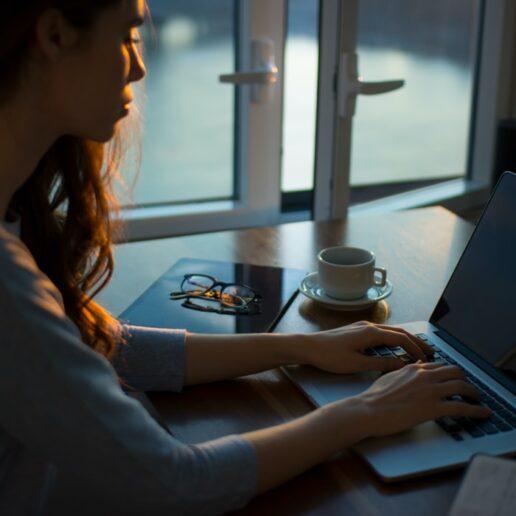 Lockdown Burnout: 3 τρόποι να το διαχειριστείτε όσο δουλεύετε από το σπίτι