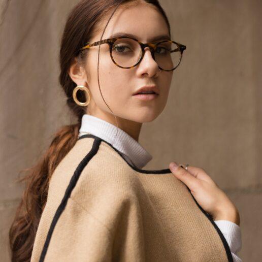 Φοράτε γυαλιά; Συμβουλές μιας διάσημης makeup artist για το μακιγιάζ ματιών