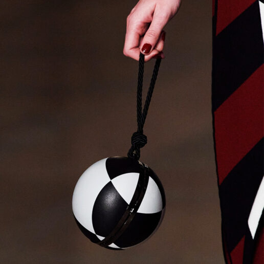 Round Bags: Οι γεωμετρικές τσάντες που θα απογειώσουν τα σύνολα μας