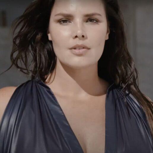 Sun, Here We Come: Tο νέο τεύχος της Vogue Greece με πρωταγωνίστρια την Candice Huffine