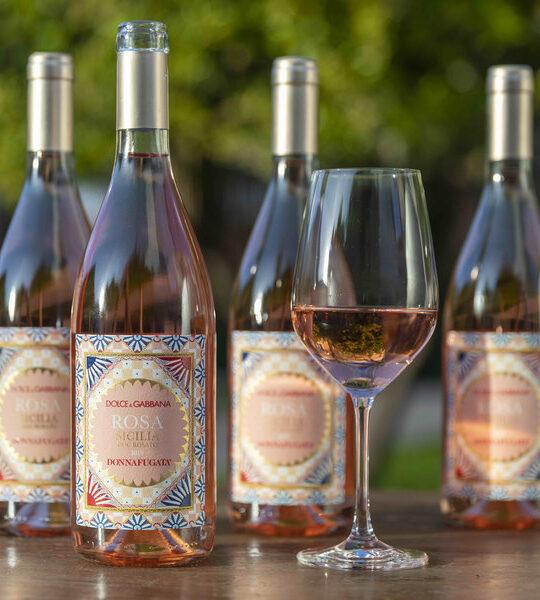 Το δίδυμο Dolce & Gabbana λανσάρει ροζέ κρασί με άρωμα Σικελίας