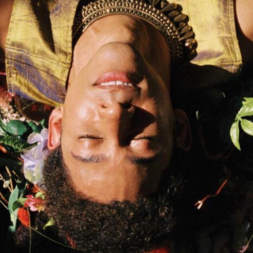 8 νέοι LGBTQ+ μουσικοί που πρέπει οπωσδήποτε να ακούσετε