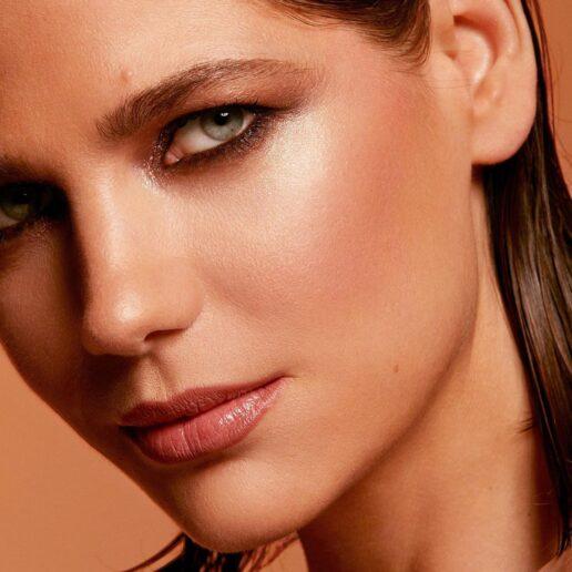 Πώς να εφαρμόσετε σωστά το ρουζ, σύμφωνα με μια make-up artist
