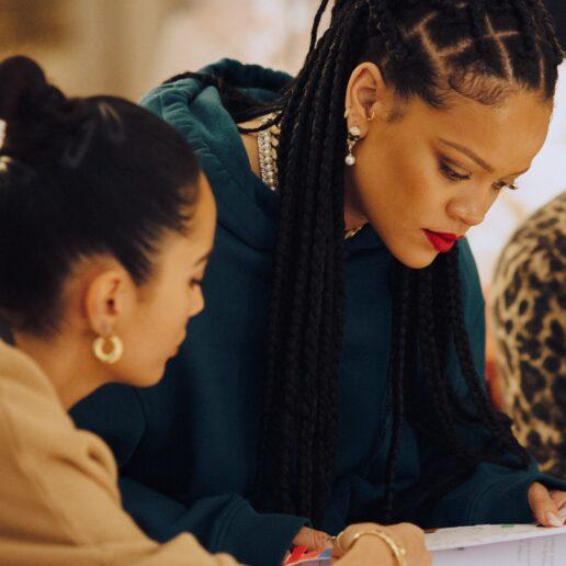 Η αγαπημένη σχεδιάστρια υποδημάτων της Rihanna για το ντεμπούτο της συλλογής της Fenty