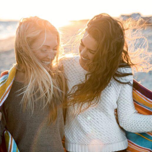 Aντηλιακά μαλλιών: 7 προϊόντα που θα σας «σώσουν» από τον ήλιο