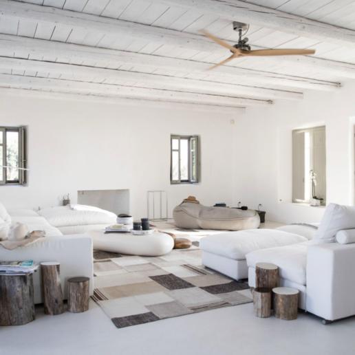 Το σπίτι της Σάντρας Χωρέμη στην Πάρο είναι σαν «λευκή αγκαλιά»