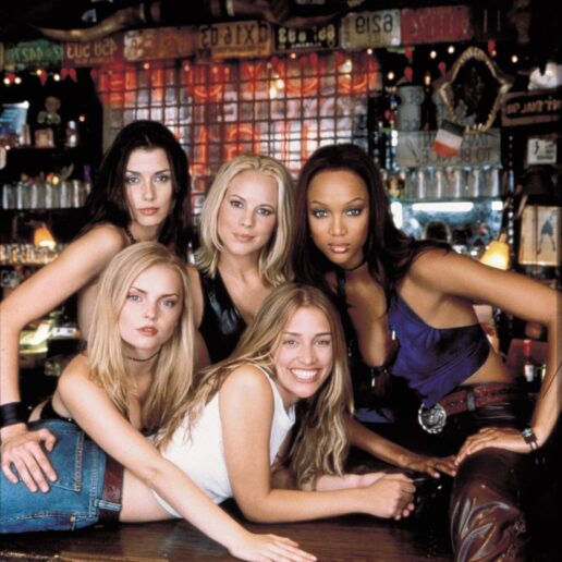 Coyote Ugly: 20 χρόνια μετά παραμένει η απόλυτη στιλιστική αναφορά των 00s