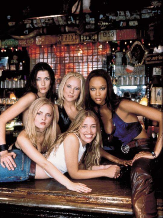 Coyote Ugly: 20 χρόνια μετά παραμένει η απόλυτη στιλιστική αναφορά των 00s
