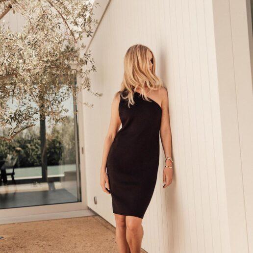 Η Rosie Huntington-Whiteley παραδίδει μαθήματα στιλ με το 'it' μαύρο φόρεμα