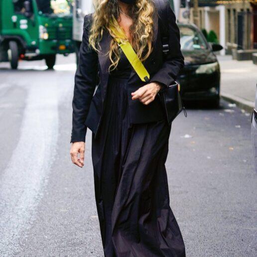 Η Σάρα Τζέσικα Πάρκερ με total black σύνολο στη Νέα Υόρκη