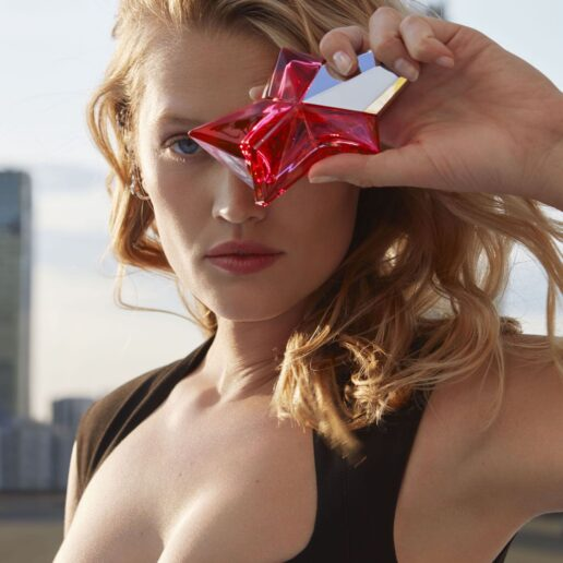 Mugler: Ο καλλιτεχνικός διευθυντής Casey Cadwallader μας συστήνει το νέο άρωμα Angel Nova