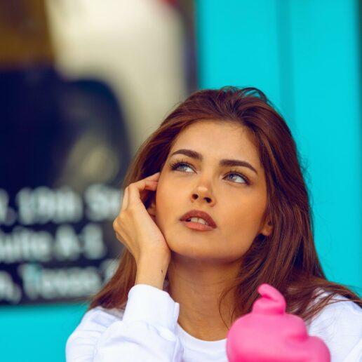 10 λάθη που κάνουμε όταν βαφόμαστε και μας δείχνουν κουρασμένες