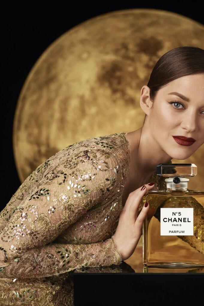 Chanel N°5: H Marion Cotillard ταξιδεύει στο φεγγάρι για τη νέα καμπάνια
