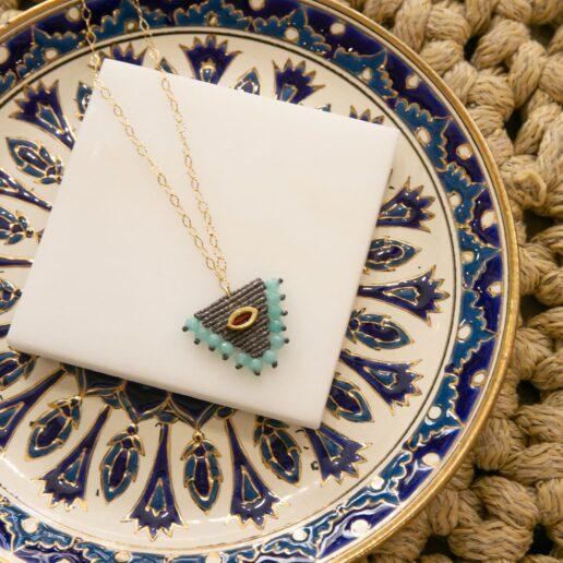 Τα έθνικ κοσμήματα επέστρεψαν: Η Irene Hussein μας δείχνει πώς να τα συνδυάσουμε