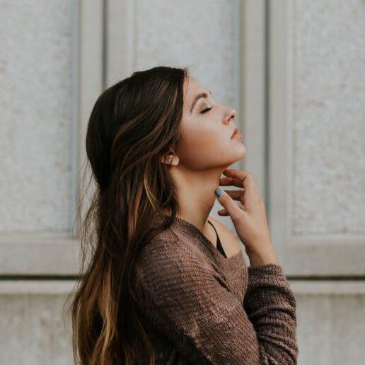 Άγχος & επιδερμίδα: Πώς αλληλεπιδρούν και τι μπορούμε να κάνουμε γι' αυτό