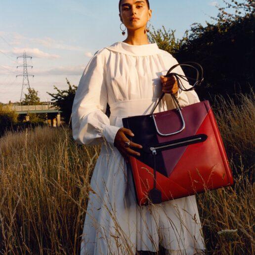 The Tall Story: Αυτή είναι η Alexander McQueen τσάντα που θα κρατάμε τον χειμώνα