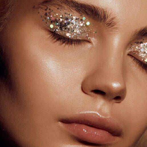 Glittery Eyes: Το μακιγιάζ των γιορτών ποντάρει στη λάμψη