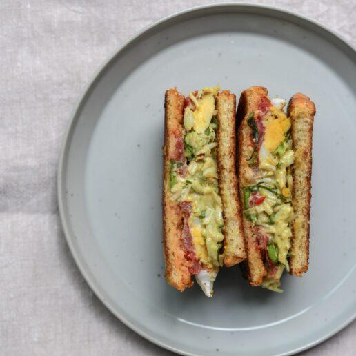 Η συνταγή για το απολυτό κλαμπ σάντουιτς με καβούρι