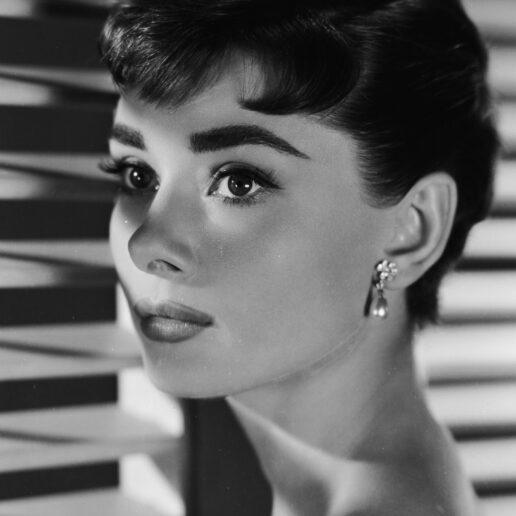4 απλά βήματα για να πετύχετε το cat eye της Audrey Hepburn
