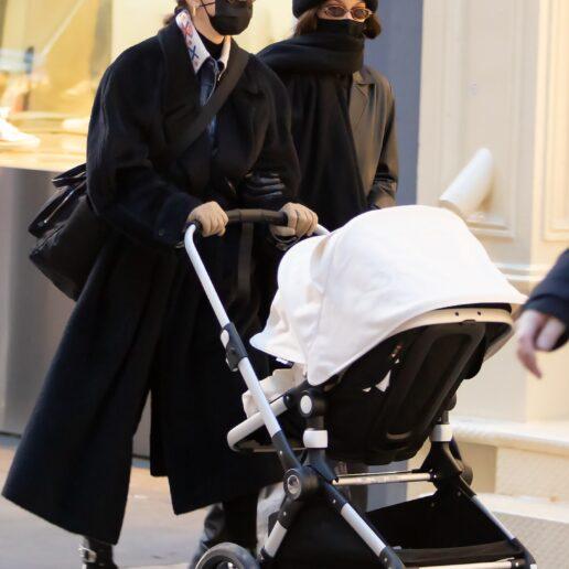 The Hadids: Gigi και Bella για πρώτη φορά βόλτα με το μωρό στη Νέα Υόρκη