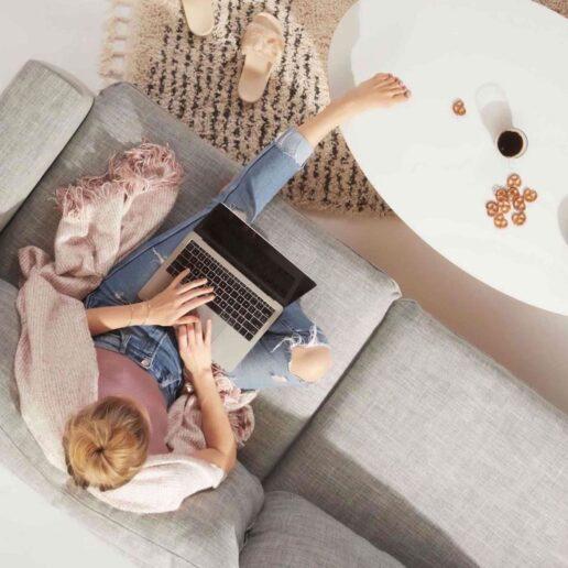 Work From Home Alone: Ωδή στην εκκωφαντική απουσία της ζωής στο γραφείο