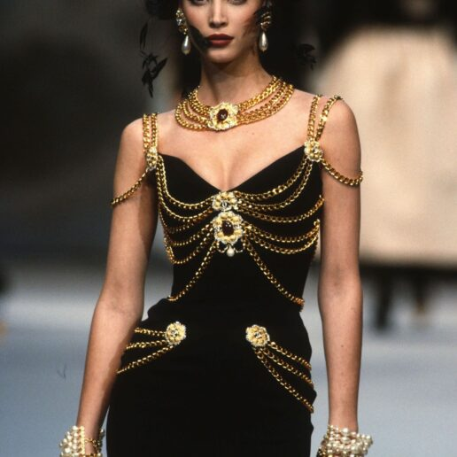 Jewellery on Haute Couture: 35 iconic στιγμές από τις πασαρέλες των 90s