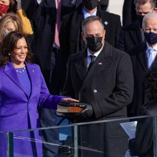 Μοβ: Οι συμβολισμοί πίσω από το χρώμα που φόρεσαν οι γυναίκες στην ορκωμοσία Biden