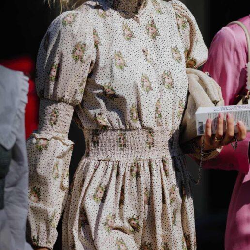 Printed Dresses: 9 κομψά φορέματα για να αποκτήσετε τώρα στις εκπτώσεις