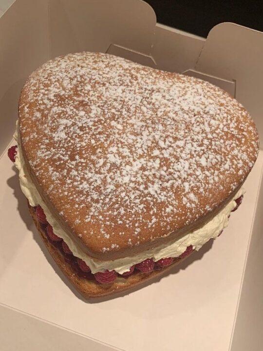Valentine's Cake: Η Simone Rocha μοιράζεται τη συνταγή της για κέικ σε σχήμα καρδιάς