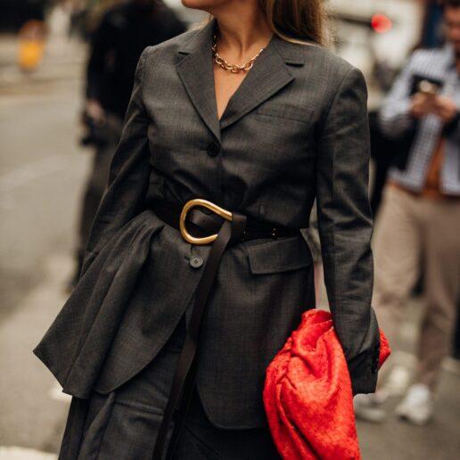 Buckle Up: Η Vogue αναζητά τις ωραιότερες ζώνες για να αποκτήσετε τώρα
