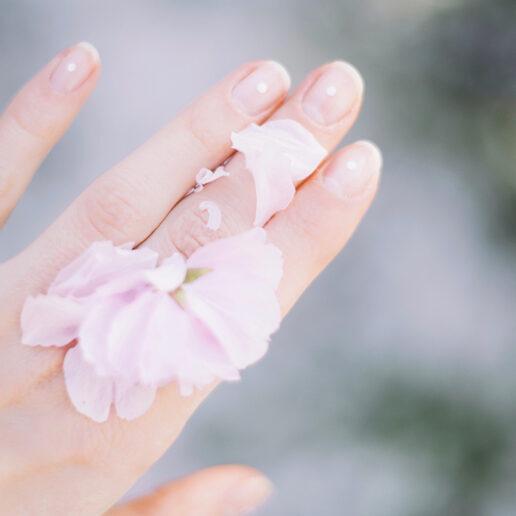 Milky Manicure: Η πιο κομψή τάση στα νύχια επιστρέφει για την άνοιξη