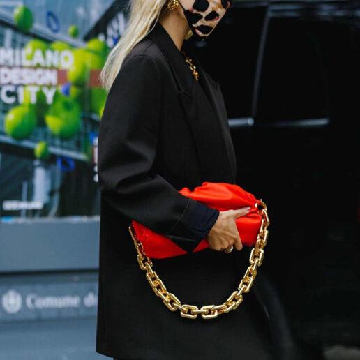 Κόκκινη τσάντα: 10 εύκολοι τρόποι να συνδυάσετε το πιο κομψό αξεσουάρ