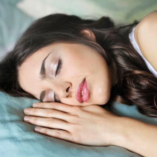 Vogue Tips: 5 εύκολοι τρόποι για να φαινόμαστε λιγότερο κουρασμένοι