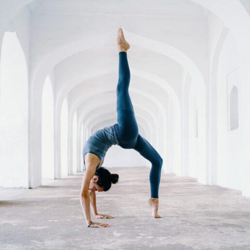 Vogue Guide: Όλα όσα χρειάζεστε για να κάνετε yoga στο σπίτι